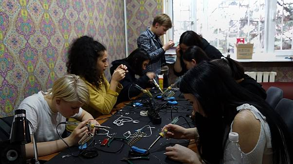 Kırgız kadınlar ülkenin ilk uydusunu inşa ederek ön yargıları yıkmak istiyor