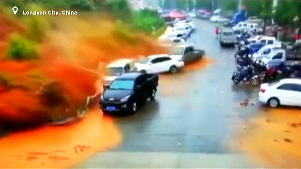 VÍDEO: Un violento deslizamiento de tierra mata a un hombre y entierra varios coches en China
