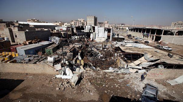 موقع تعرض لغارة جوية في أحد أحياء صنعاء يوم 10 أبريل