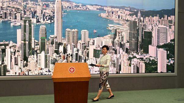 Hong Kong lideri Çin'e iade yasasını erteledi