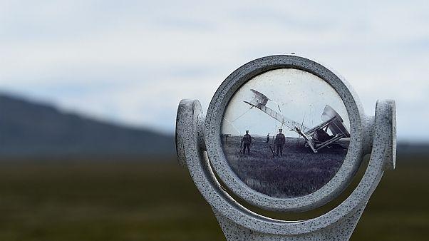 Óculo mostrando uma fotografia do local de aterragem do primeiro voo transatlântico