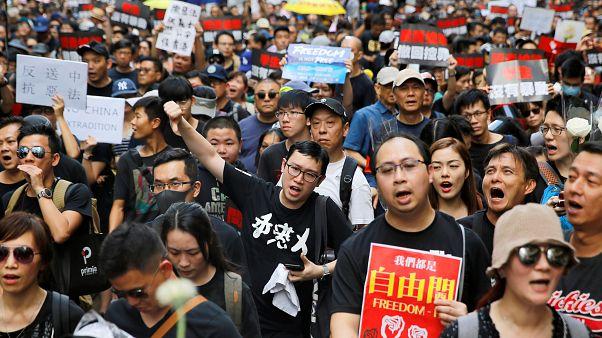 Hong Kong'da iade yasası ertelenmesine rağmen, yüz binlerce kişi sokaklara döküldü