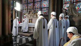 Με κράνη ασφαλείας η πρώτη μετά τη φωτιά λειτουργία στην Παναγία των Παρισίων