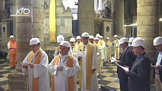 Casque de rigueur pour la première messe à Notre-Dame depuis l'incendie