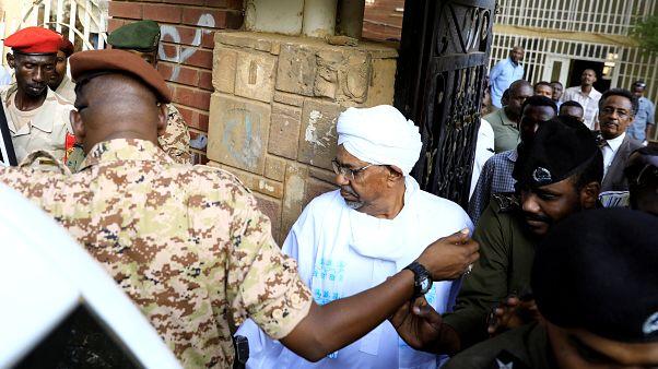 نخستین حضور عمر البشیر در انظار عمومی پس از سرنگونی حکومتش در سودان