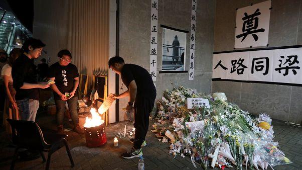 Gyűlnek a virágok a hongkongi tüntetésen