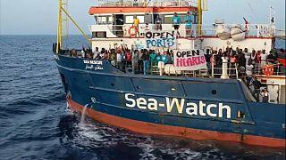 Sea Watch: ancora al largo mentre la Finanza notifica il decreto bis