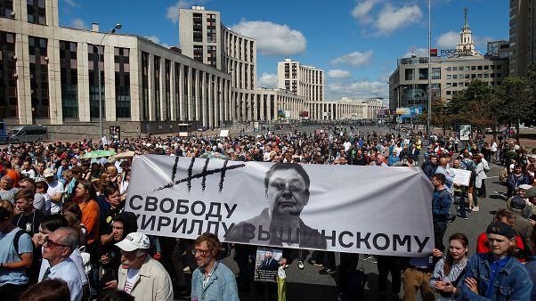 محتجون يطالبون بالإفراج عن الصحفي الاستقصائي إيفان غولونوف في موسكو يوم الأحد