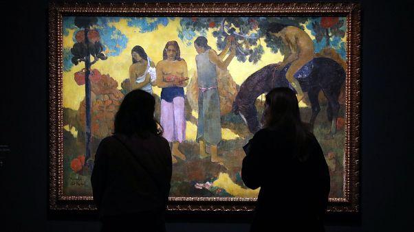 Paul Gauguin Rupe Rupe (Gyümölcsszedés) című 1899-es olajképét nézik látogatók