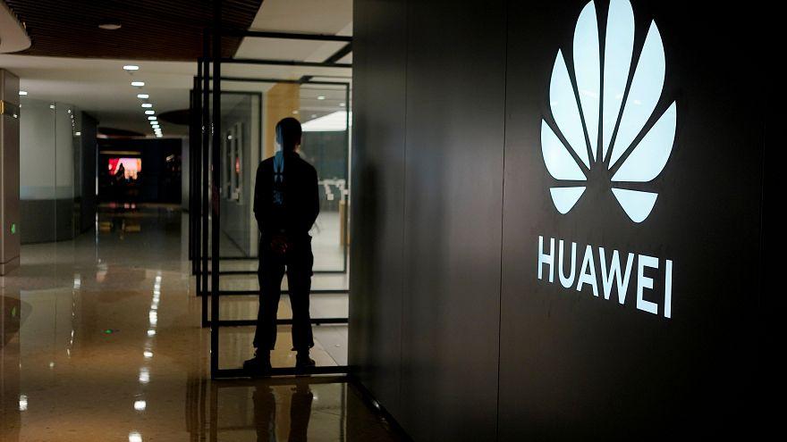 شعار شركة هواوي للتكنولوجيا الصينية في مجمع تجاري صيني في شنغهاي