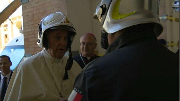 شاهد: البابا يزور مدينة إيطالية دمرها زلزال معتمراً خوذة للسلامة