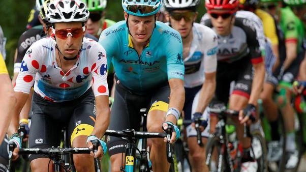 Jakob Fuglsang in maglia Astana al Tour 2017, anno in cui vinse anche il Delfinato. A pois, Fabio Aru.