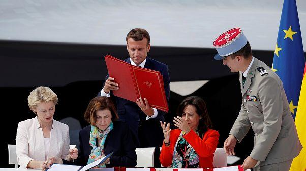 La firma de las ministras de Defensa, ayudadas por el presidente Emmanuel Macron