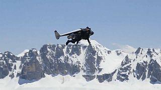 إيف روسي - الرجل الطائر ببزته النفاثة يحلق فوق جبال دولوميتيس الإيطالية