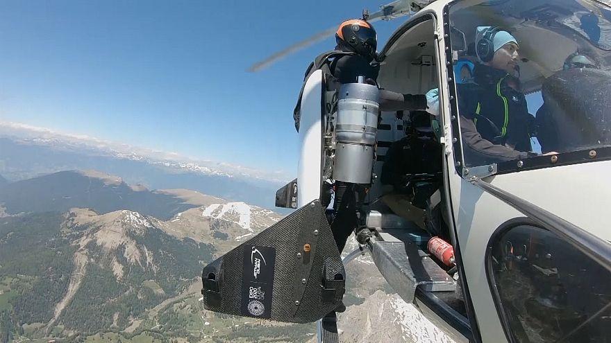 پرواز مخترع سوئیسی با «جت بال» برفراز کوههای شرق ایتالیا