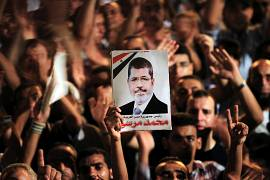 مسيرات شعبية في القاهرة ترفع صور الرئيس السابق حمد مرسي في يوليو/حزيران 2012