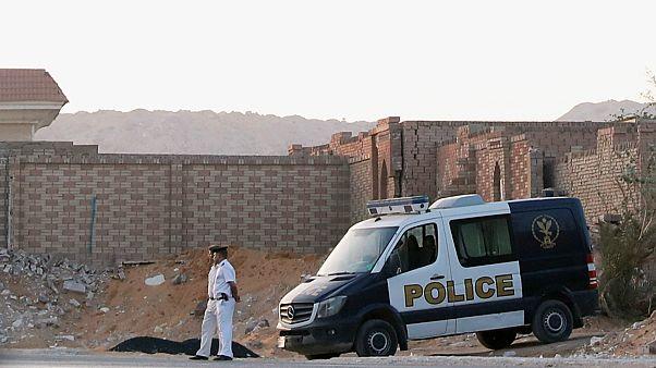 صورة للأمن امام المقابر التي دفن فيها مرسي