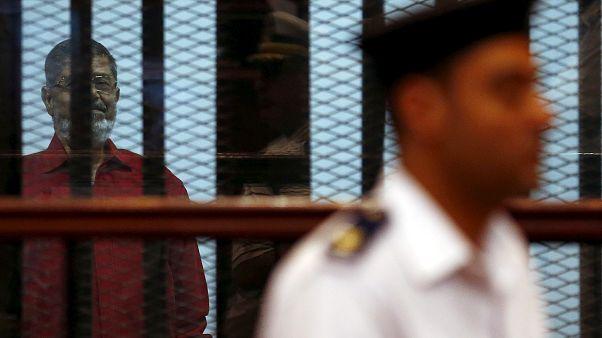 الرئيس المصري السابق محمد مرسي في قاعة محكمة القاهرة 2015
