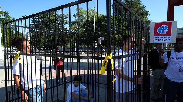 Κλείστηκαν σε κλουβιά για να διαμαρτυρηθούν στην μεταναστευτική πολιτική του Τραμπ
