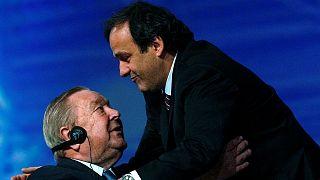 بلاتيني (يمين) بصحبة رئيس الأسبق للاتحاد الأوروبي لكرة القدم لينارت يوهانسون