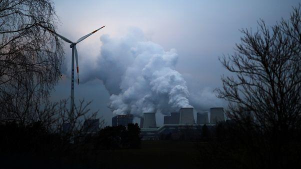Vízgőz száll az égbe egy németországi ligniterőmű kéményéből, KÉPÜNK CSUPÁN ILLUSZTRÁCIÓ