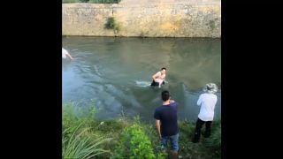 شاهد: إنقاذ طفلة ذات ثلاث سنوات من الغرق في نهر جنوب غرب الصين