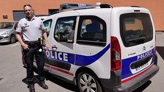 La policía francesa ayuda a un joven que estaba sufriendo la peor pesadilla del estudiante