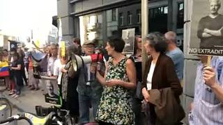 اعتصامٌ أسبوعيٌ أمام السفارة البريطانية في بروكسل للمطالبة بالإفراج عن جوليان أسانج