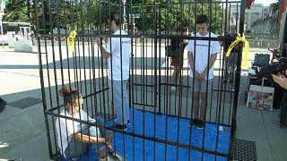 Des adolescents en cage pour dénoncer le traitement réservé aux migrants