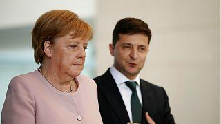 Video   Almanya Başbakanı Merkel resmi törende titrerken ayakta durmakta zorlandı
