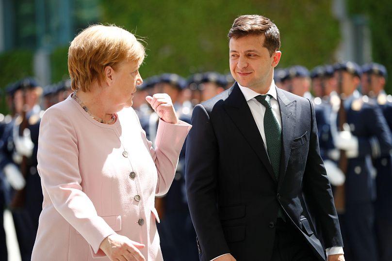 VIDÉO - Angela Merkel prise de violents tremblements en pleine cérémonie