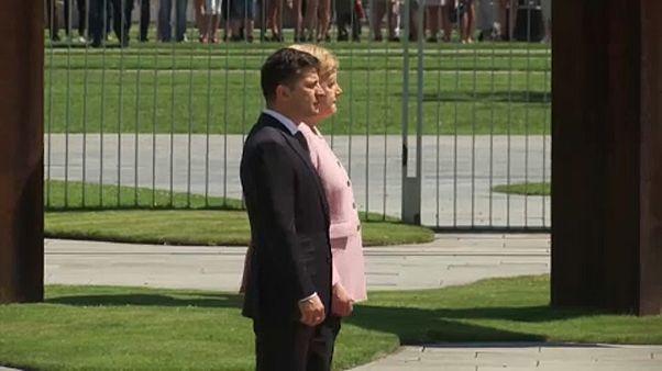 Merkel sente-se mal durante a receção ao presidente da Ucrânia