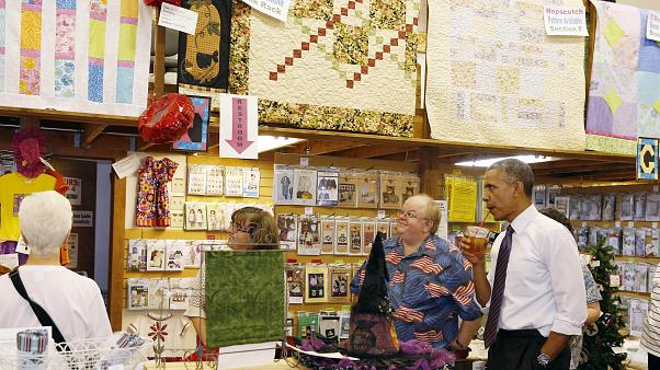 الرئيس الأميركي الأسبق باراك اوباما يرشف الشاي المثلج بأحد المحلات بولاية ميزوري. تموز/2014