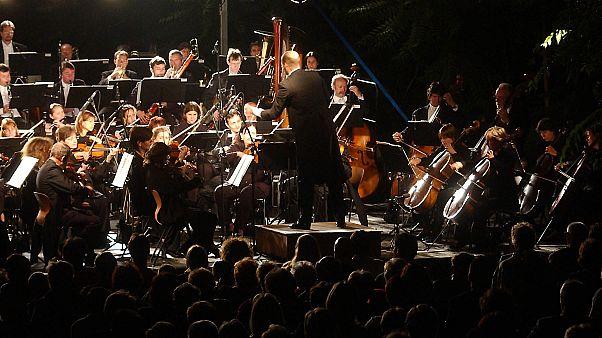 A MÁV Szimfonikus Zenekar hangversenye 2005 július 6-án este a Fővárosi Állat- és Növénykertben.