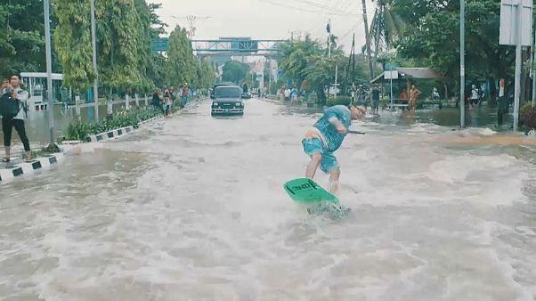 Viral auf Insta statt Protest: Wakeboarden durchs Hochwasser