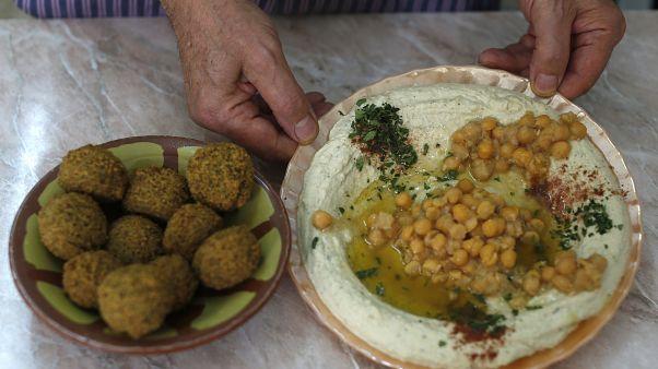 """الحمص والفلافل عندما يجتمعان بمطعم """"أبو شكري"""" الأشهر بالقدس القديمة. أيلول/2015"""