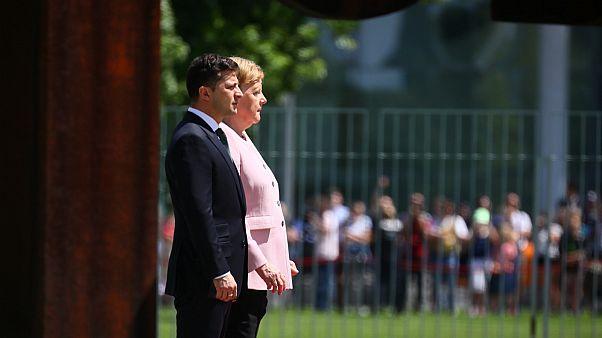 المستشارة الألمانية أنجيلا ميركل والرئيس الأوكراني فولوديمير زيلينسكي