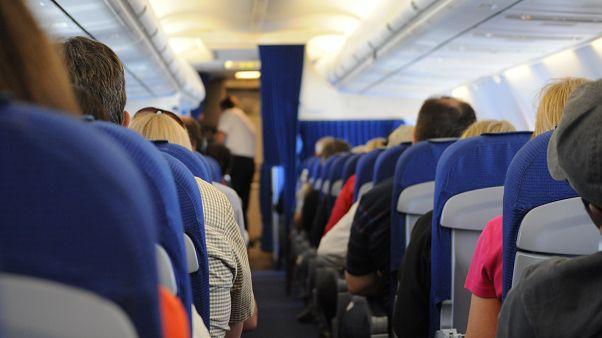 صورة توضيحية لركاب طائرة