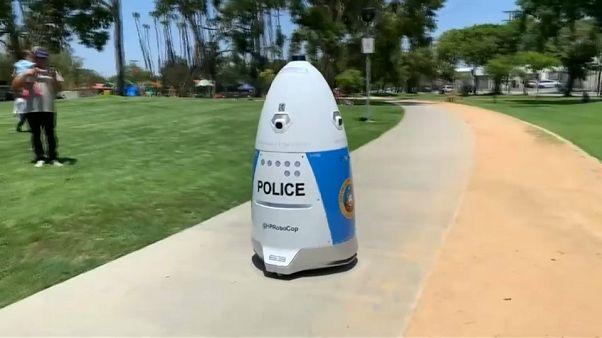 شرطي آلي لمكافحة الجريمة يجوب إحدى حدائق كاليفورنيا