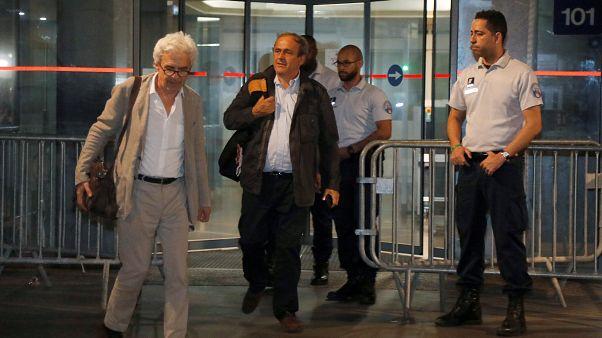 بلاتيني بفرقة محاميه أثناء خروجه من مكتب مكافحة الفساد