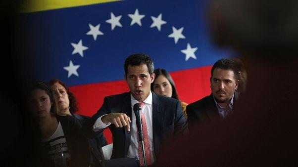 Dos colaboradores de Guaidó acusados de malversar fondos