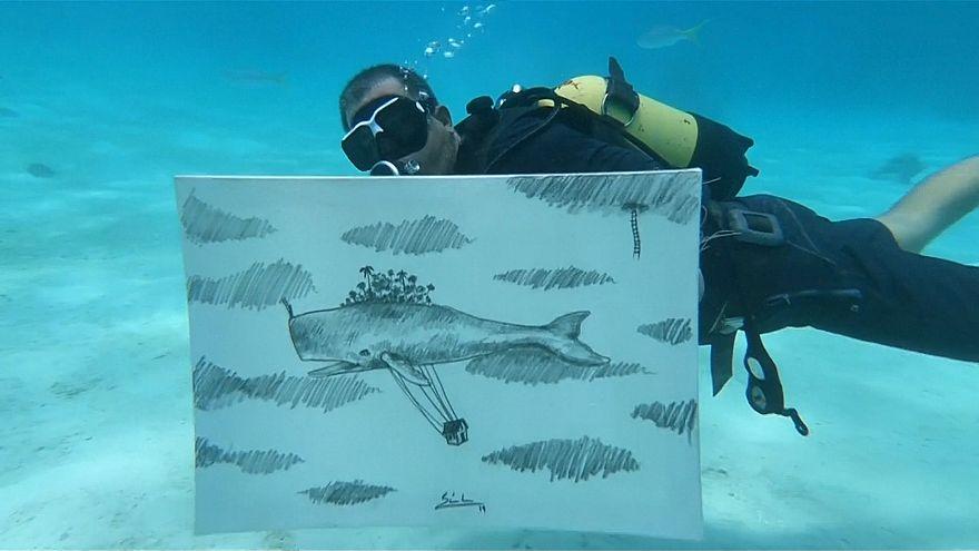 تلفیق هنر و ورزش؛ هنرمند کوبایی در هنگام غواصی نقاشی میکند