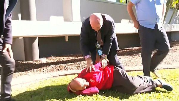 Avustralyalı emniyet görevlisi basın bildirisi sırasında kaçan zanlıya müdahale etti