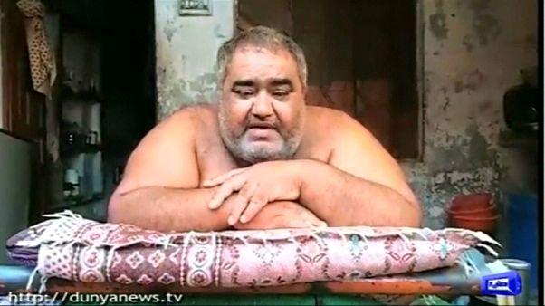صورة من الفيديو - نقل الرجل الأكثر وزنا في باكستان