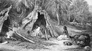 رسم من القرن التاسع عشر  يُظهر نمط حياة السكان الأصليين في المناطق الأكثر برودة بأستراليا في وقت الاستيطان الأوروبي