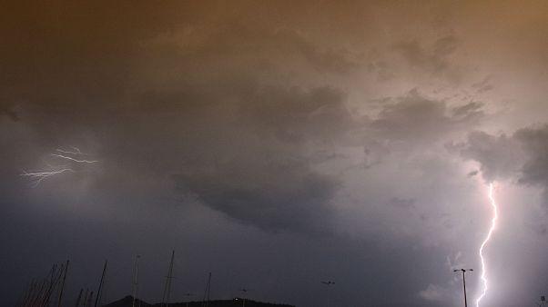 Κεραυνοί ανάμεσα από τα σύννεφα πάνω από την πόλη του Ναυπλίου κατά τη διάρκεια καταιγίδας στη πόλη, Σάββατο 13 Σεπτεμβρίου 2014.  ΑΠΕ-ΜΠΕ /ΑΠΕ-ΜΠΕ/ΜΠΟΥΓΙΩΤΗΣ ΕΥΑΓΓΕΛΟΣ