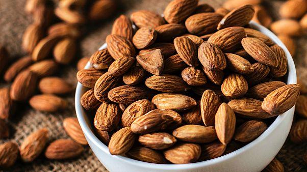 يستعمل اللوز في العديد من الحلويات والأطباق الشهية، وهو غني بالمواد الغذائية