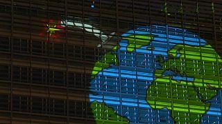 """شاهد: غرينبيس توجه رسالة عملاقة لقادة الاتحاد الأوروبي """"الوقت ينفذ"""""""