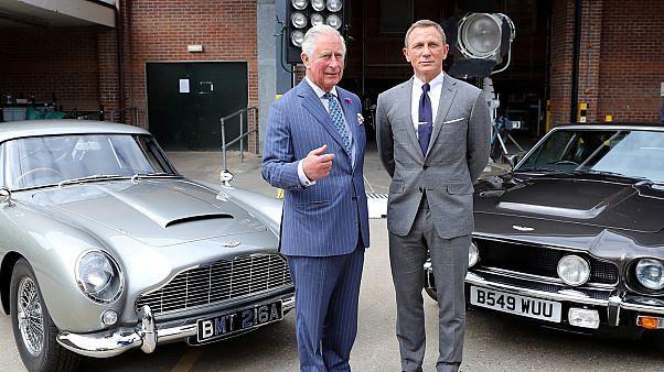 الأمير تشارلز مع الممثل دانييل كريغ في باينوود استوديو حيث يجري تصوير الإصدار الخامس والعشرون من فيلم جيمس بوند