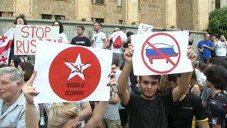 آلاف الجورجيين يحاولون اقتحام البرلمان احتجاجا على زيارة وفد روسي ويطالبون الحكومة بالاستقالة